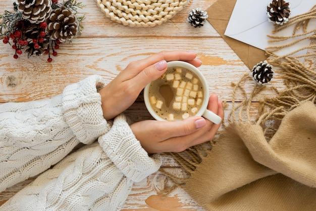 Плоский конверт канцелярских принадлежностей и женщина с чаем