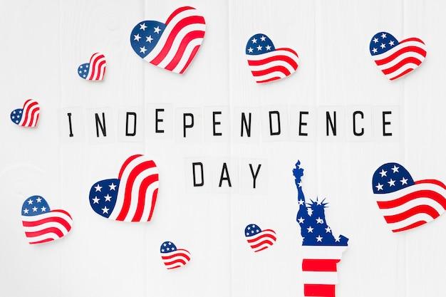 Disposizione piana della statua della libertà con le bandiere americane per la festa dell'indipendenza