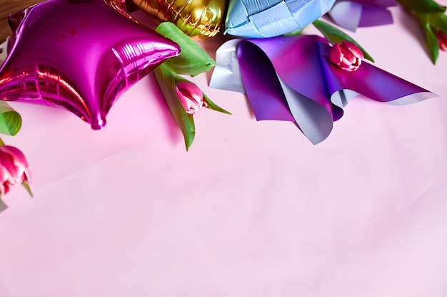 분홍색 배경에 튤립 꽃 장식이 있는 평평한 색 풍선 스타일.