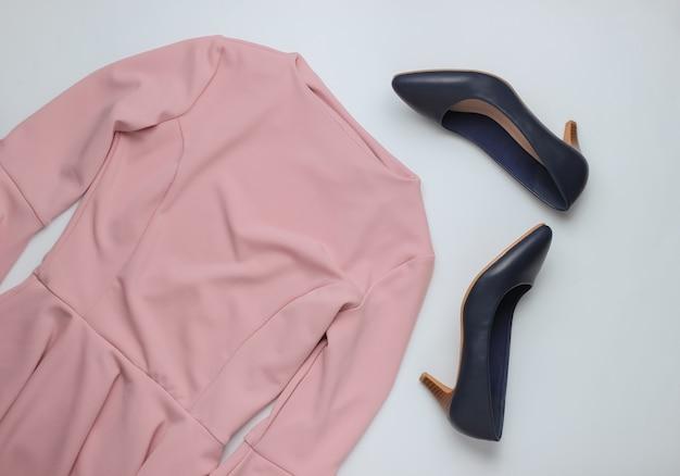 흰색 배경에 플랫 평신도 스타일 여성 의류 액세서리 핑크 드레스 가죽 하이힐 신발