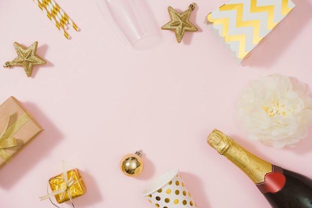 フラットレイスタイリッシュなセット:シャンパン、ギフト、クリスマスボール、ゴールデンホリデーデコレーション。フラットレイ、上面図。