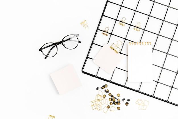 Плоская планировка стильный набор очков скрепки заметка на белом фоне