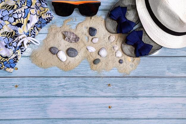 Плоские лежал летний фон пляжные аксессуары на синем деревянном столе для путешествия копией пространства