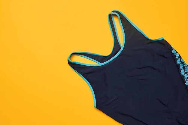 노란색 배경의 화려한 비치웨어에 평평한 여름 수영장 액세서리