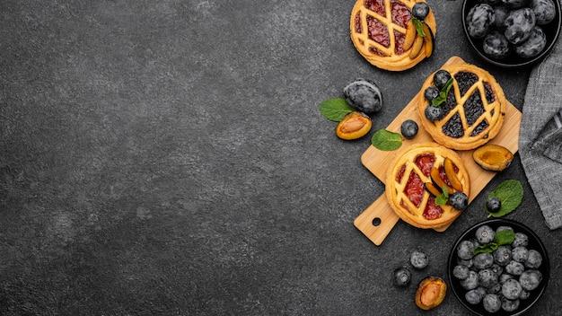 Lay piatto di torte dolci con frutta e spazio di copia