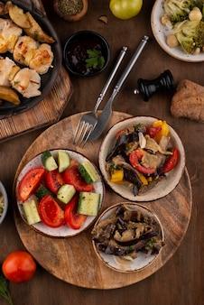 Плоский стол, полный вкусной еды