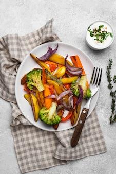 평평하고 맛있는 현지 음식 배치