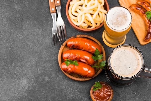 ビールとフラットレイおいしい食事