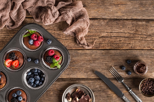 Piatto gustoso muffin e strofinaccio da cucina