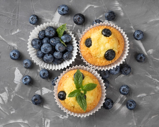 Muffin gustoso piatto lay con mirtilli e menta