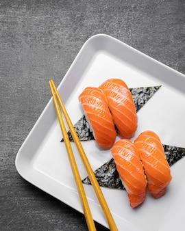 Плоские лежали вкусные суши на тарелке