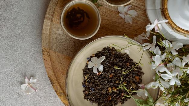 Плоские чашки чая и цветы