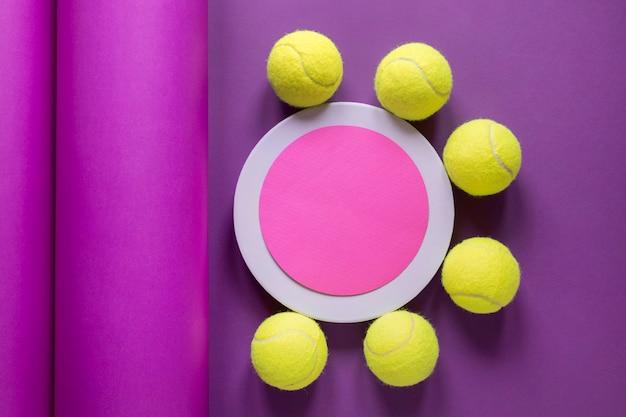 Lay piatto di palline da tennis