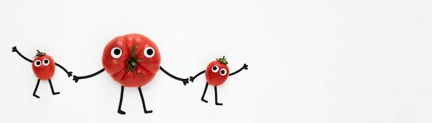Pomodori piatti laici che tengono le mani
