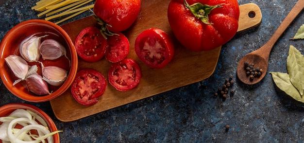 Piatto disteso di pomodori con verdure