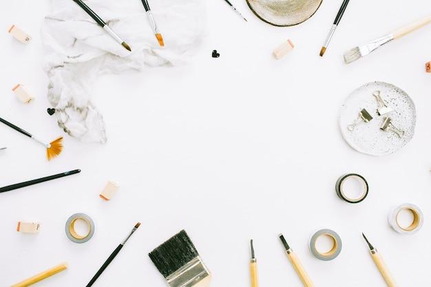 フラット レイアウト、トップ ビュー アーティスト ホーム オフィス ワークスペース デスク フレーム モックアップ ペイント ブラシ、毛布、白い背景の上のツール