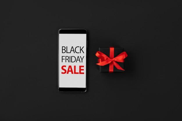 평평한 평면도 구성 스마트폰 및 선물 블랙 프라이데이 쇼핑 판매 모형