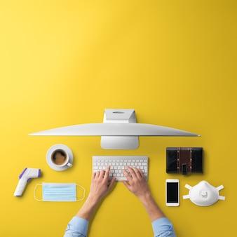 컴퓨터, 비즈니스, 홈 오피스, 코로나바이러스 개념이 있는 평평한 평면 책상 작업 공간.