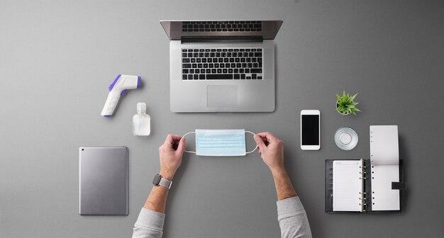 노트북, 비즈니스, 홈 오피스, 코로나바이러스 개념이 있는 평평한 평면도 책상 작업 공간.