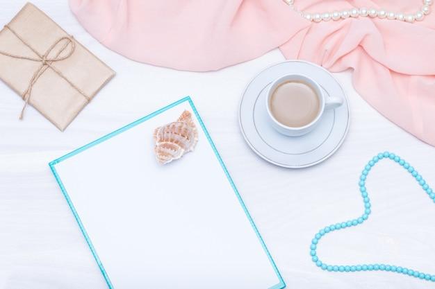 Плоская планировка, вид сверху женский рабочий стол с кофе, бумажный бланк. идеи, заметки или план написания концепции.