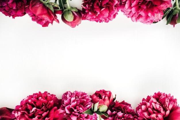Плоская планировка, вид сверху макет цветочной композиции с розовыми цветами пиона на белой поверхности