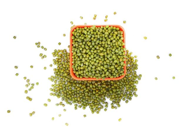 白い背景で分離された緑豆(vigna radiata)種子のフラットレイ(上面図)。