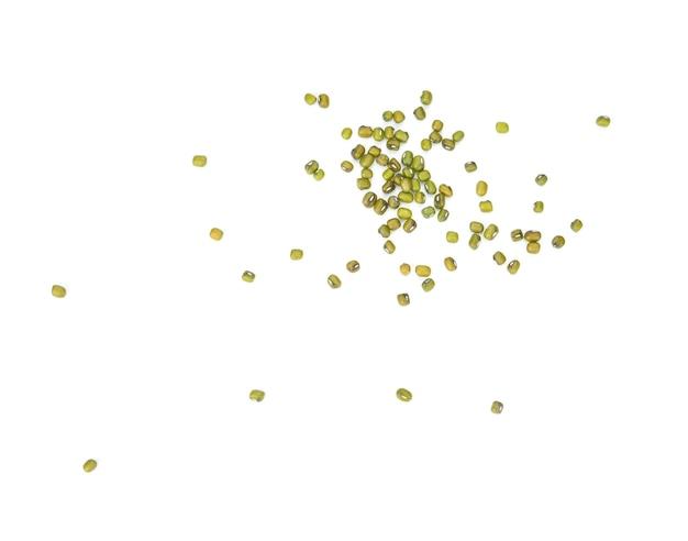 白い背景に分離された緑豆(vigna radiata)種子のフラットレイ(上面図)。