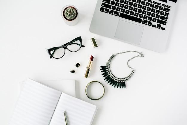 평면 위치, 최고보기 사무실 책상. 노트북, 여성 액세서리, 안경, 선인장, 일기, 립스틱, 화이트 목걸이가있는 작업 공간.