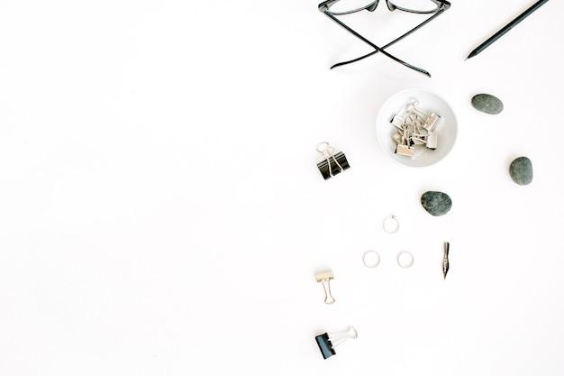 Плоская планировка, офисный стол, вид сверху. женские аксессуары с очками и зажимами