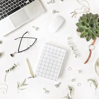 Плоская планировка, офисный стол, вид сверху. женское рабочее пространство стола с ноутбуком, дневником, сочными, очками, часами на белом фоне.