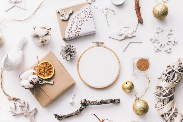 자수 후프와 크리스마스 드가 있는 모형의 평평한 평면도 사진. 세련된 여성스러운 새해 레이아웃 구성입니다.