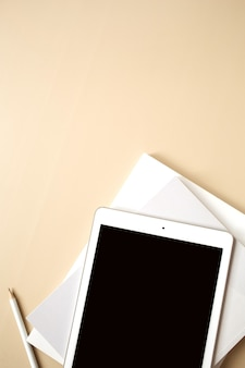 Плоский планшет, вид сверху, пустой экран