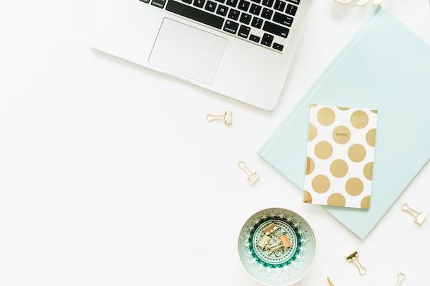 Плоская планировка, вид сверху женщина современный домашний офисный стол рабочее пространство на белой поверхности