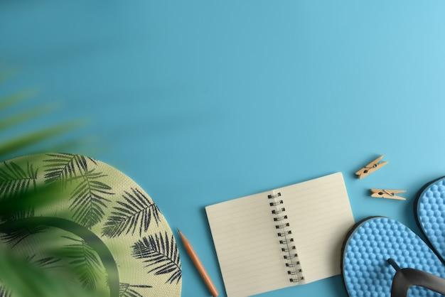 평평하다, 상위 뷰 작업 영역 파란색 배경. 여름 세련된 여행자 블로거 개념입니다.
