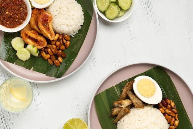Плоский традиционный состав еды наси лемак