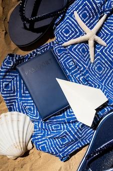 パスポートとフラットレイ旅行の概念