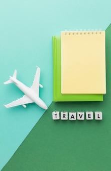 白い飛行機とフラットレイ旅行の概念