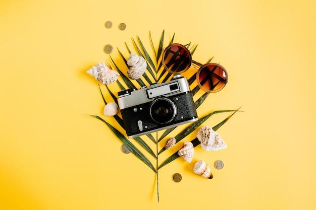 노란색 배경에 평평하다 여행자 액세서리. 상위 뷰 여행 또는 휴가 개념. 여름 배경