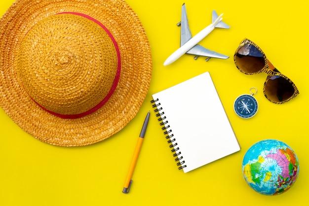 テキスト用の空白と黄色の背景にフラットレイアウト旅行アクセサリー。トップビューの旅行や休暇の概念。夏の背景。