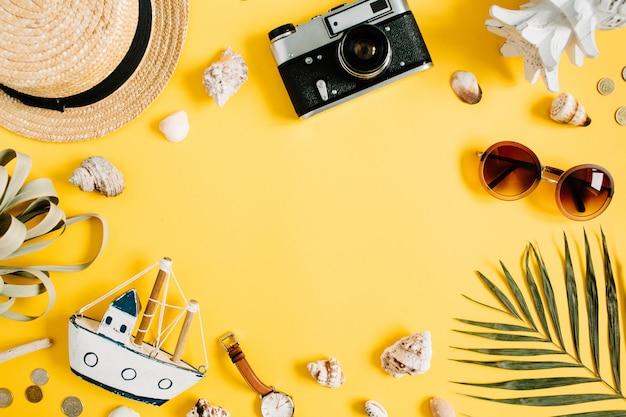 텍스트에 대 한 빈 공간을 가진 노란색 배경에 평평하다 여행자 액세서리. 상위 뷰 여행 또는 휴가 개념. 여름 배경
