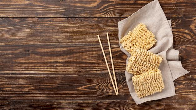 복사 공간이있는 평평한 생 쌀된 국수와 젓가락 무료 사진