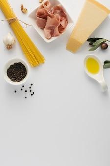 Spaghetti piatti e prosciutto crudo parmigiano con copia spazio
