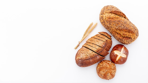 Разнообразие свежей выпечки хлеба и копирование пространства