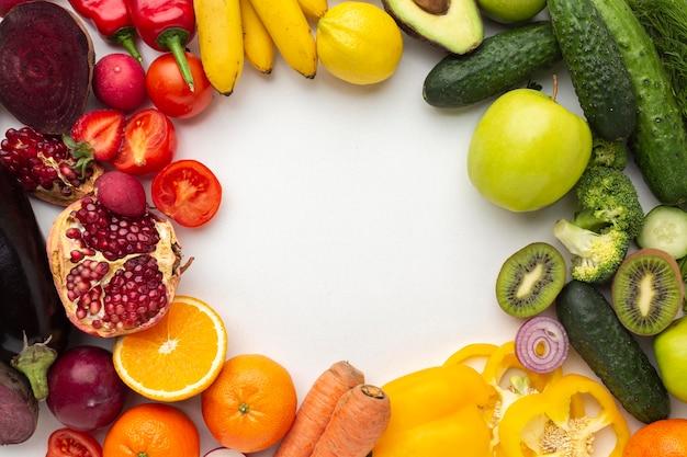 평평한 누워 야채와 과일 배열