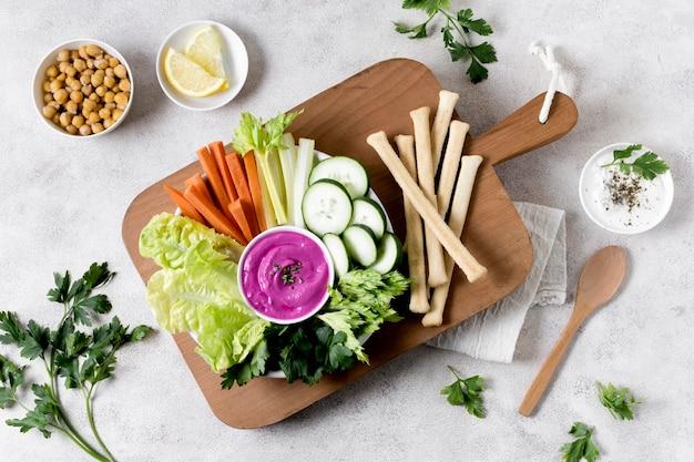 Disposizione piana delle verdure con i ceci sul tagliere