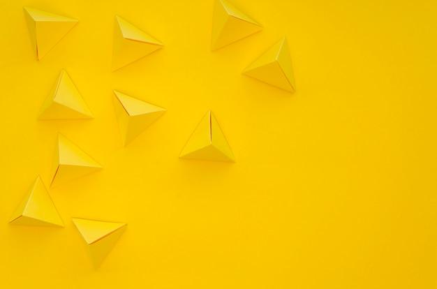 Piana piatta di vivaci piramidi di carta con spazio di copia