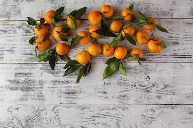 Плоский лежал вид свежих мандаринов на деревянный стол