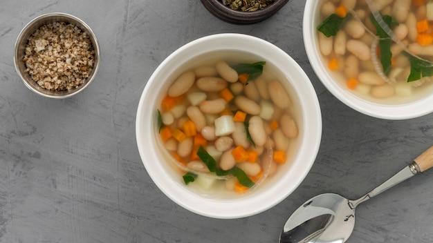 ボウルに平干し白豆のスープ