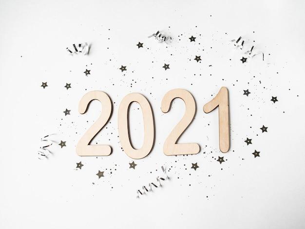 Плоские лежали белые новогодние композиции - номера 2021 и конфетти. вид сверху
