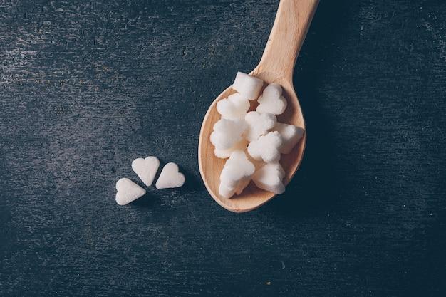 Положите белый сахар в ложку